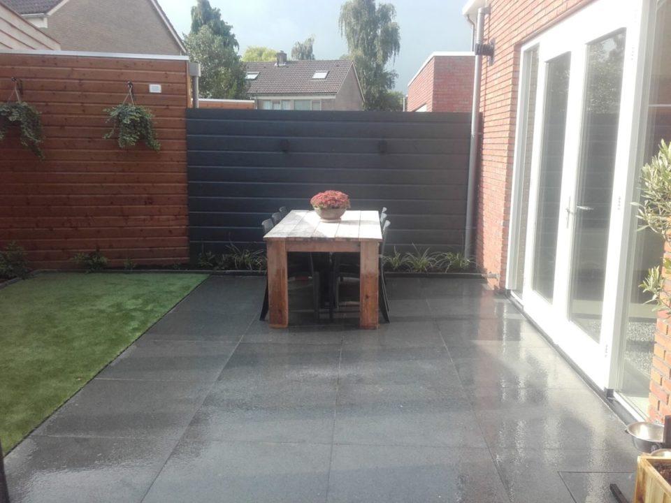 tuin met grote tegels