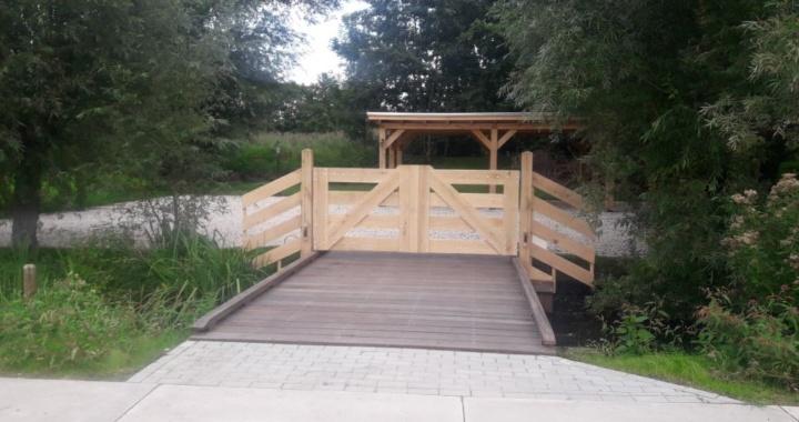 hardhouten brug met hek
